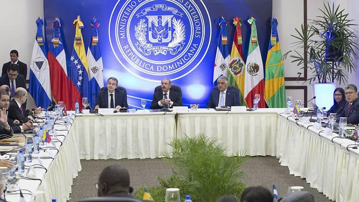 Die Delegationen während der Gespräche in der Dominikanischen Republik. Die Gespräche zwischen Regierung und Opposition Venezuelas brachten aber keine Ergebnisse und wurden vertagt.