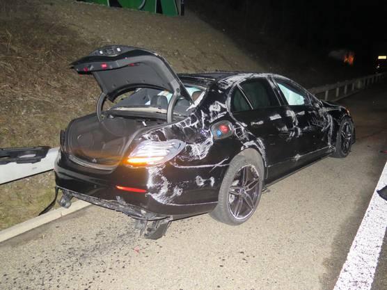 Durch den frontalen Aufprall wurde das Fahrzeug abgehoben, überschlug sich und kam schlussendlich, entgegen der Fahrtrichtung, auf dem Pannenstreifen zum Stillstand.