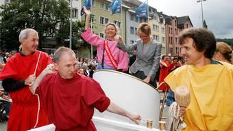 Da herrschte noch Harmonie bei den Grünen: 2007 lässt sich die frisch gebackene Landratspräsidentin Esther Maag (links auf dem Wagen) mit FDP-Regierungsrätin Sabine Pegoraro von Parteikollegen durch Liestal ziehen – vorne links Regierungsrat Isaac Reber, damals Landrat, neben ihm Jürg Wiedemann.