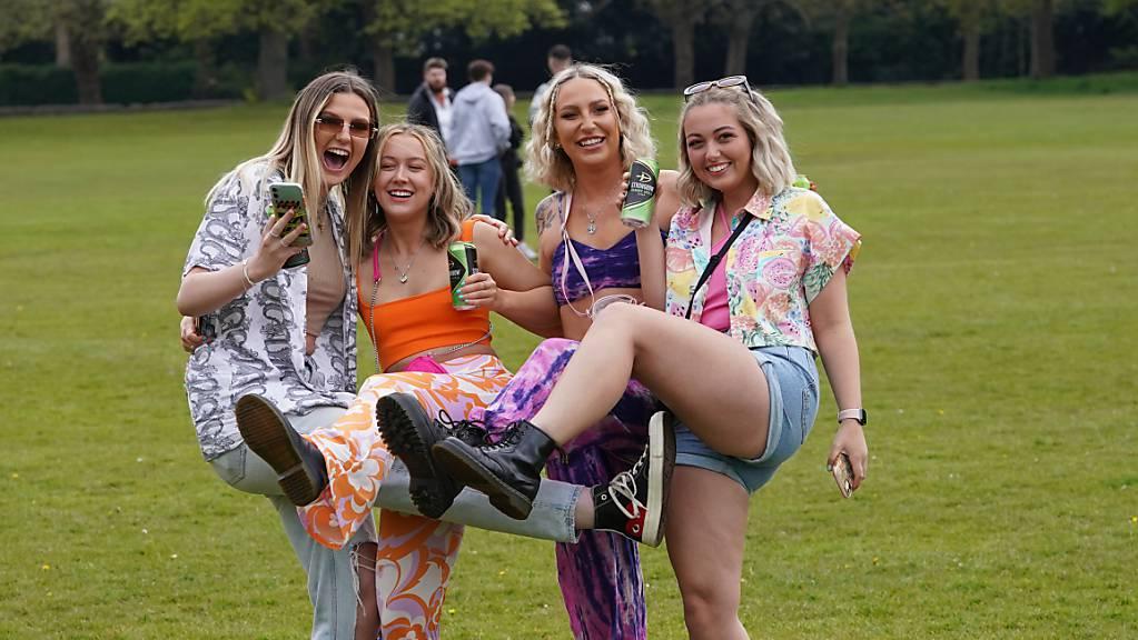 Festivalbesucher treffen im Sefton Park für ein Musikfestival ein. In Liverpool haben sich einige tausend Musikfans auf das erste Live-Konzert seit langer Zeit freuen können. Am Abend sollten die englische Indie-Band «Blossoms» und mehrere weitere Künstler in einem ausverkauften Festivalzelt vor 5000 Zuschauern auftreten. Foto: Danny Lawson/PA Wire/dpa