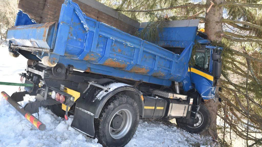 Ein Baum stoppte die Talfahrt des Lastwagens.