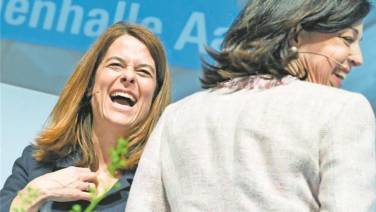 FDP-Präsidentin Petra Gössi (links) mit der Zürcher Nationalrätin Regine Sauter an der gestrigen Delegiertenversammlung.