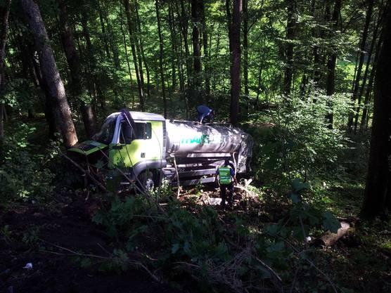 Der verünglückte Milchtransporter der Firma Translait stürzte zwischen Staffelegg und Thalheim in den Wald
