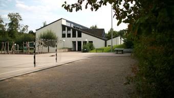Schulhaus und Pausenplatz: Als eventueller Standort für einen Schulpavillon ist die Fläche vorne rechts (Bänke/Tischtennis-Tisch) auf diesem Bild vorgesehen. (Bild: Peter Belart)