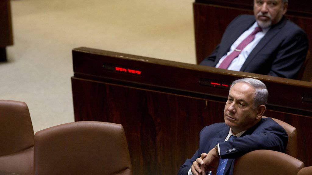 Angesichts der Pattsituation bei den Koalitionsverhandlungen hat das israelische Parlament einen ersten Schritt in Richtung vorgezogener Neuwahlen unternommen. Ministerpräsident Benjamin Netanjahu (im Vordergrund) und seine Likud-Partei haben noch bis Mittwochabend Zeit, eine Regierung zu bilden.
