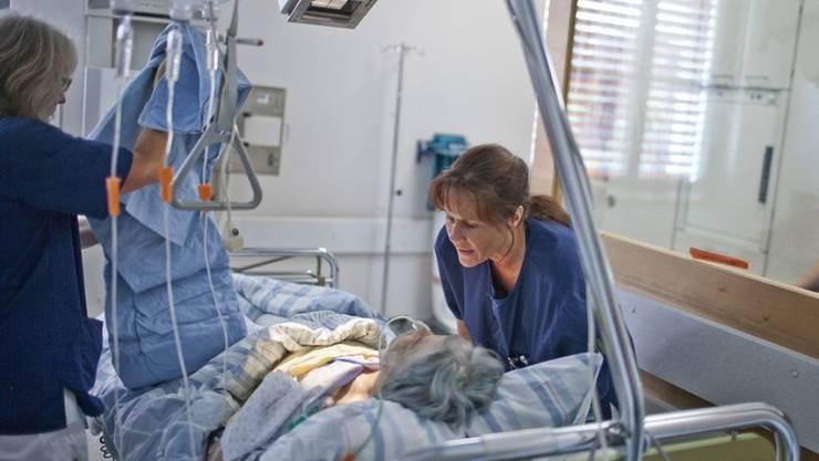 Die Patientinnen und Patienten fühlen sich in den Schweizer Spitälern mit Würde und Respekt behandelt. (Symbolbild)