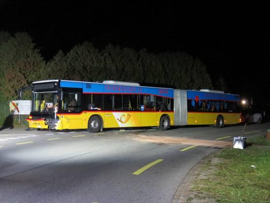 Verletzt wurde niemand. Das Auto erlitt einen Totalschaden. Auch der Bus wurde beträchtlich beschädigt.