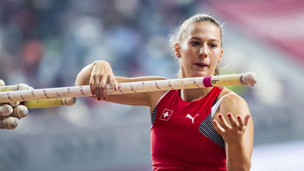 Angelica Moser wählt den Stab für den Goldsprung. (Archivaufnahme)