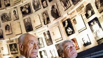 Israles Präsident Schimon Peres (l) und sein deutscher Amtskollege Joachim Gauck in der Holocaust-Gedenkstätte Yad Vashem
