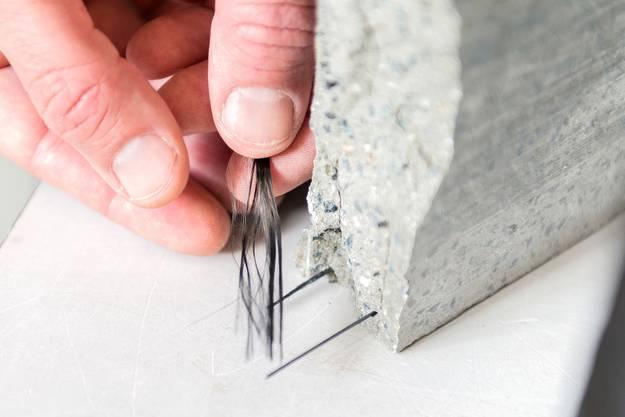 Feine Karbonstränge sorgen für Stabilität, obwohl die Betonplatte dünner ist.