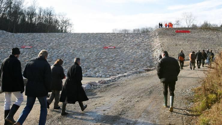 Der neue Damm – hier bei der Einweihung – kostete so viel, dass der zweite Damm nicht mehr im Preis inbegriffen war. Archiv/Nicole Nars-Zimmer