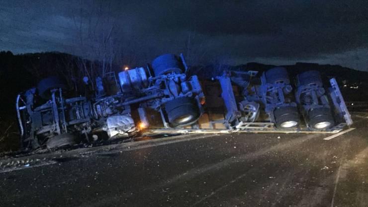 Bei einem spektakulären Selbstunfall eines Sattelmotorfahrzeugs wurde der Fahrer erheblich verletzt. (Bild: Kantonspolizei Basel-Landschaft)