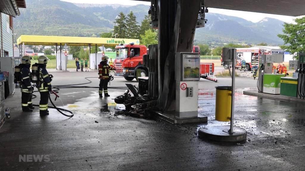 Brandgefährlich: Motorrad geht an Tankstelle in Flammen auf
