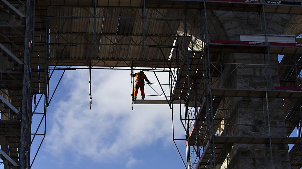 Neue Stahlbrücke fürs Bahnviadukt auf Gerüst gehievt