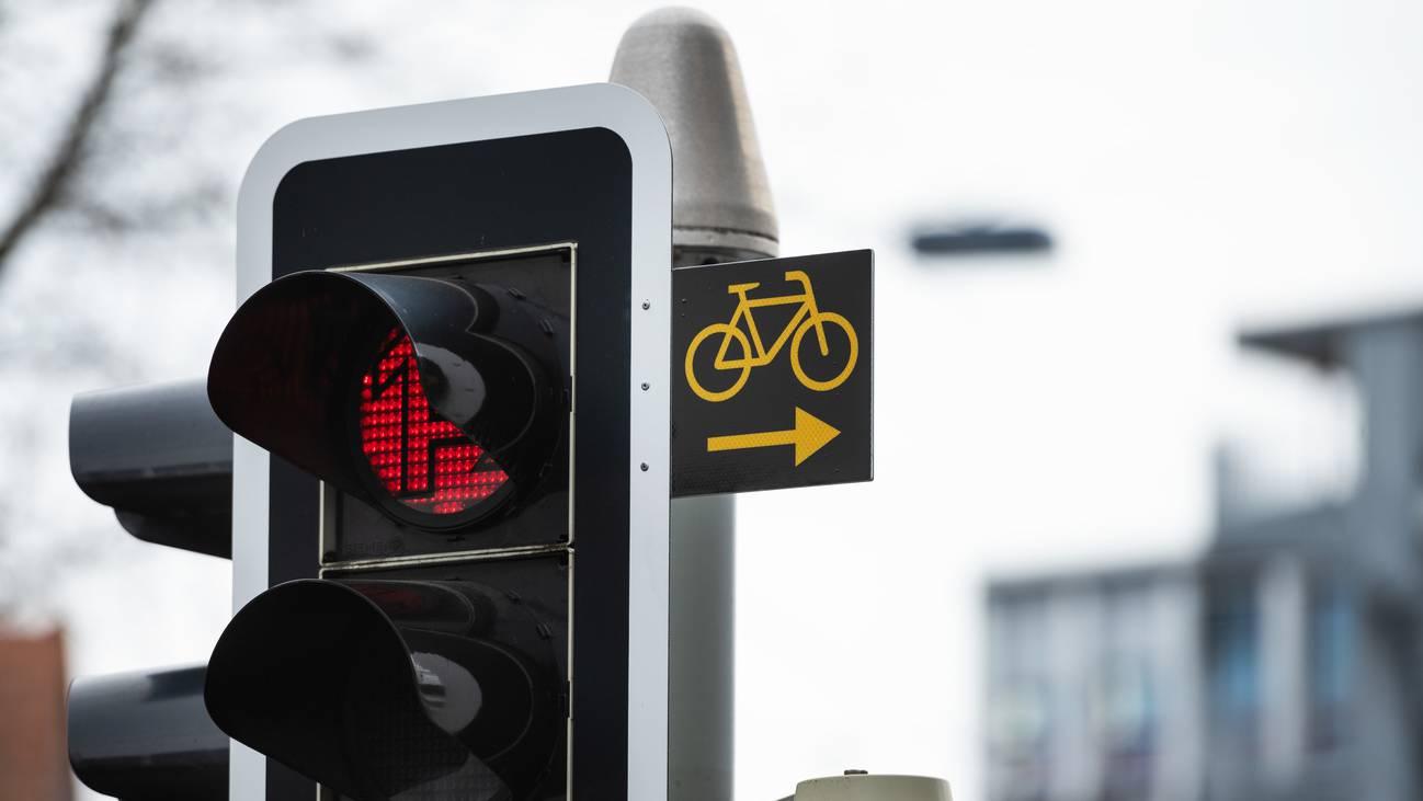 Die ersten Signale sind da: Seit Januar dürfen Velofahrende bei Rotlicht rechts abbiegen, wenn die entsprechende Signalisation vorhanden ist. (ARCHIV)