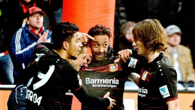 Leverkusens Karim Bellarabi (Mitte) geht mit dem 50'000. Bundesliga-Tor in die Geschichte ein