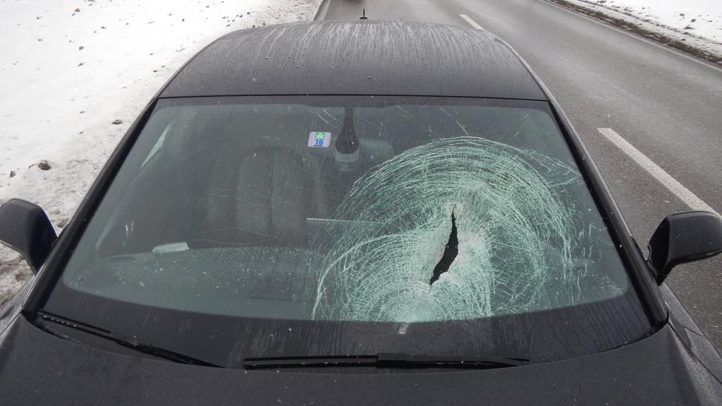 Ein Eisklotz krachte durch die Windschutzscheibe dieses Autos.