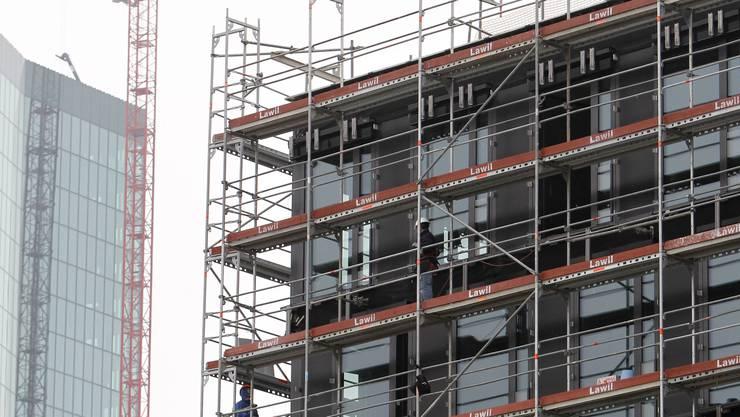 Beim Fassadenbau müsse es schnell gehen, deshalb brauchten sie externe Kräfte, sagten zwei Beschuldigte. Das Gericht glaubte ihnen nicht. (Themenbild)
