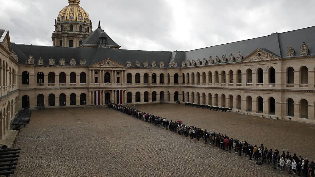 Vor dem Invalidendom stehen tausende Menschen Schlage, um sich vom früheren französischen Präsidenten Jacques Chirac zu verabschieden.