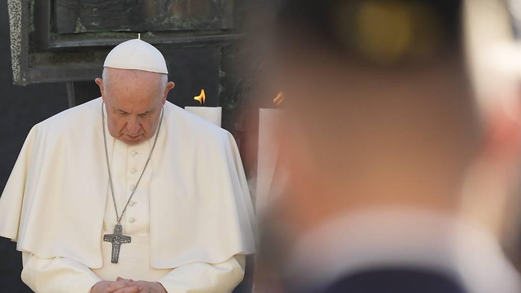 Papst Franziskus betet bei einem Treffen mit Mitgliedern der jüdischen Gemeinde. Auf seiner Slowakei-Reise hat das Oberhaupt der katholischen Kirche am Montag in der Bratislava Antisemitismus und Gewalt verurteilt. Foto: Gregorio Borgia/AP/dpa