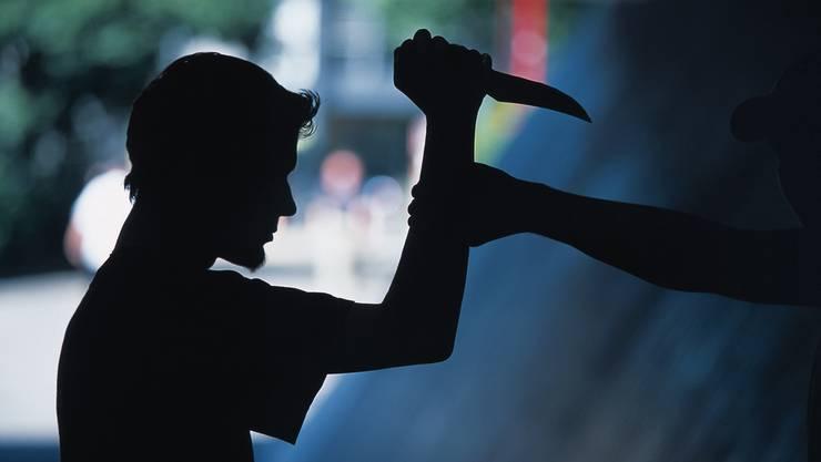 Eine Frau wurde in der Nacht auf Montag mit einem Messer bedroht und verletzt. (Symbolbild)
