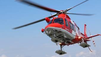 Ein beigezogener Rettungshelikopter der Rega flog die Verletzte ins Spital. (Archivbild)