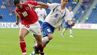 Thomas Häberli (links) während seines einzigen Länderspiels im Duell mit Roi Jacobson.