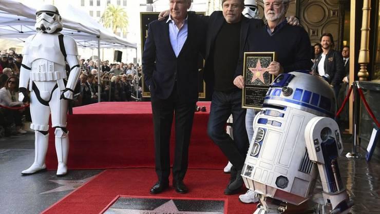 Verleihung eines Sterns an Mark Hamill alias Luke Skywalker auf dem Walk of Fame. V.l.: Stormtrooper, Harrison Ford, Mark Hamill, George Lucas und R2-D2.