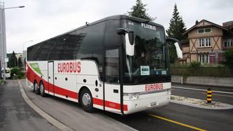 Ein leerer Bus mit einem freundlichen Chauffeur fährt ab in Richtung Zürich und St. Gallen.