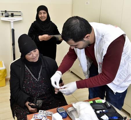 Mediziner versorgen die Flüchtlinge kostenlos