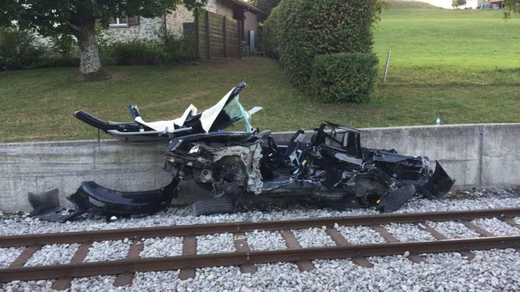Im Kanton Freiburg sind bei einer Kollision eines Fahrzeugs mit einem Zug drei Personen verletzt worden.