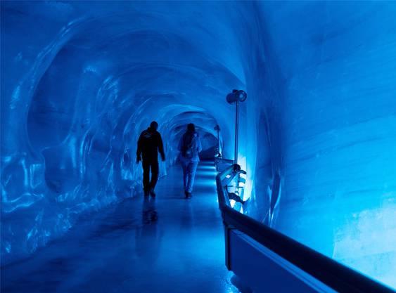 Die Eisgrotte überlebt, weil ständig kalte Luft hineingepumpt wird.