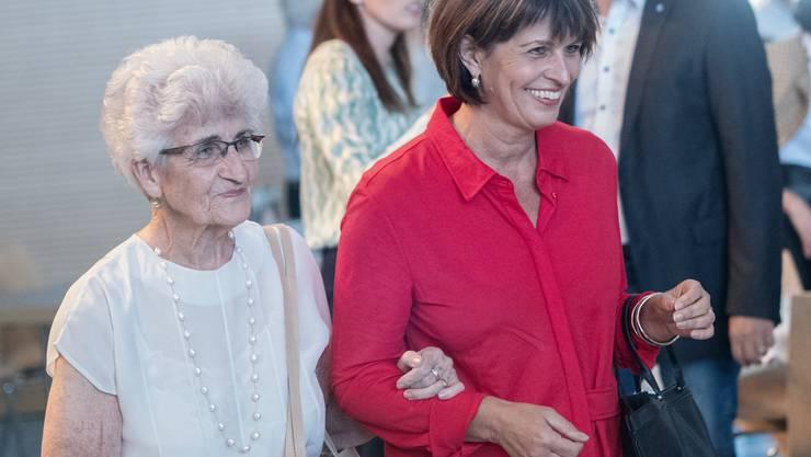 Stargast beim Anlass der CVP 60 Plus in Zell: Doris Leuthard trifft mit ihrer Mutter in der Martinshalle ein. Bild: Pius Amrein (Zell, 12. September 2019)