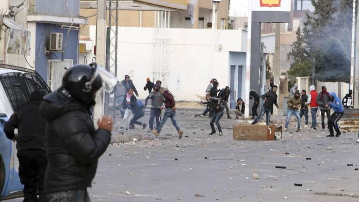 In Kasserine an der Grenze zu Algerien lieferten sich junge Leute schwere Strassenschlachten mit der Polizei.