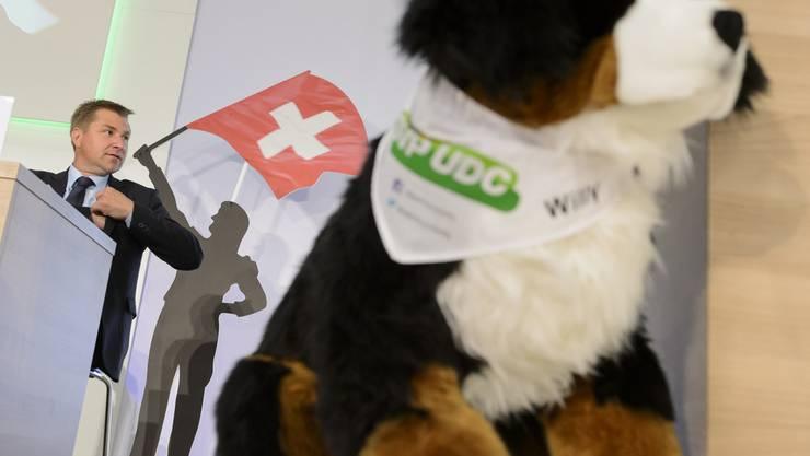 """SVP-Präsident Toni Brunner mit Partei-Maskottchen """"Willy"""""""
