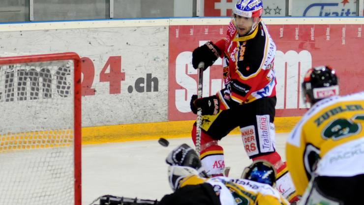 Der Basler Tassilo Schwarz überlistet Thurgau-Goalie Sandro Zurkirchen und trifft zum 1:0.