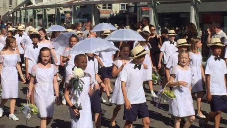 Stickerei ist am St. Galler Kinderfest wieder im Trend - Jugendliche präsentieren sich am Festumzug in traditioneller St. Galler Spitze.