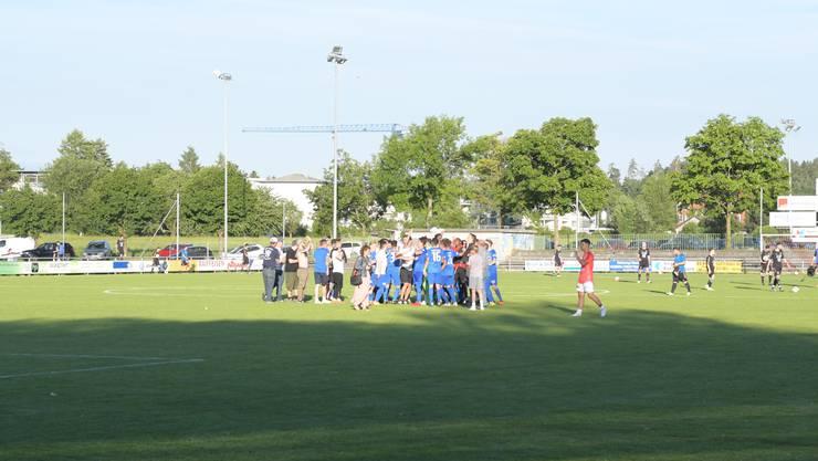 Spieler des FC Dietikon feiern mit ihrem Anhang den Aufstieg in die 1. Liga.