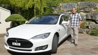Rudolf Feller mit seinem zweieinhalbjährigen weissen Tesla Model S 85, dem einzigen Tesla, der in Grenchen eingelöst ist.