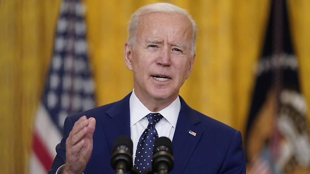 Der US-Präsident Joe Biden spricht im East Room des Weißen Hauses. Foto: Andrew Harnik/AP/dpa