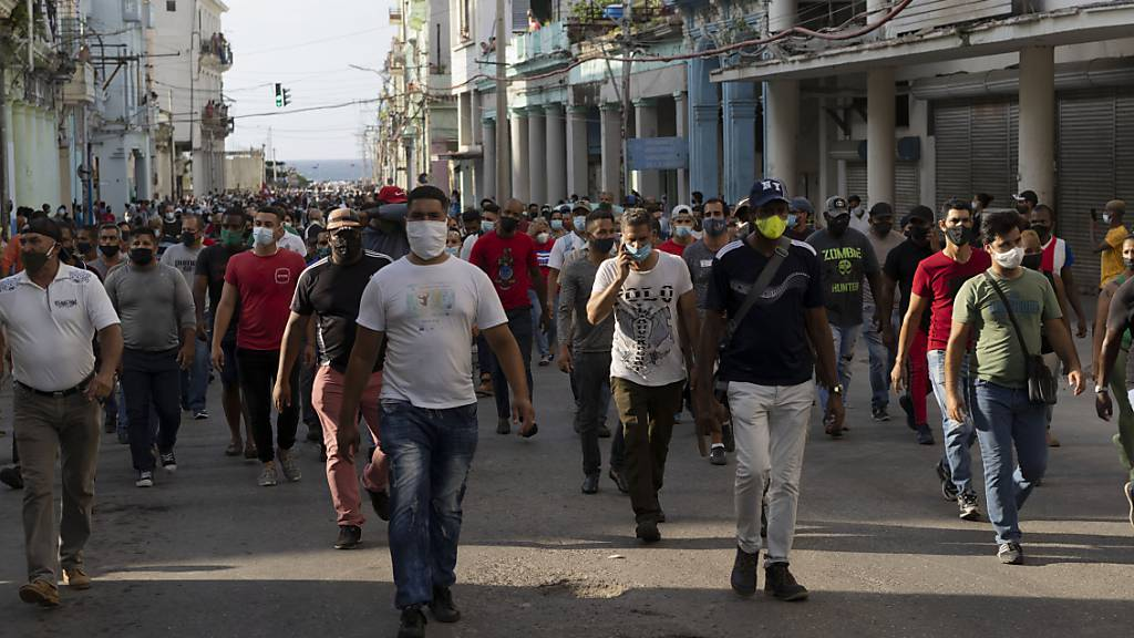 Hunderte von Anhängern der Regierung gingen in Havanna auf die Straße, während Hunderte weitere gegen die anhaltende Lebensmittelknappheit und die hohen Preise für Lebensmittel protestierten. Foto: Eliana Aponte/AP/dpa
