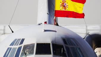 Eine spanische Flagge über einem Flugzeug, das Teile des Schatzes transportiert (Archiv)
