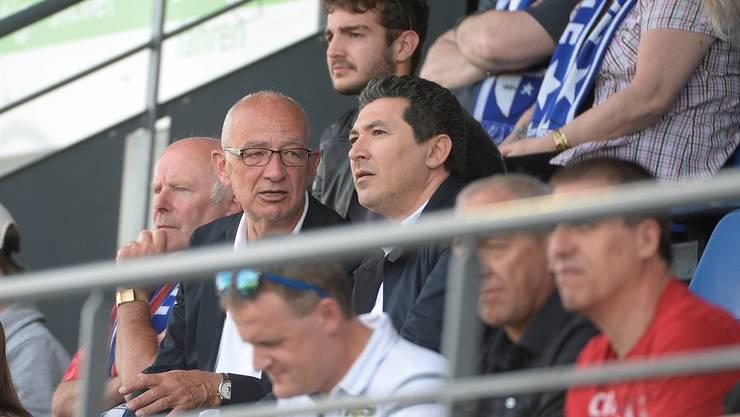 Wohlen-Präsident Lucien Tschachtli (l.) während des Aargauer Derbys im Gespräch mit dem bisher noch nicht namentlich bekannten potenziellen Investor.