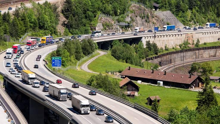 Auf der Gotthardautobahn A2 in Richtung Süden staut sich am Samstag der Pfingstverkehr auf bis zu 13 Kilometer.