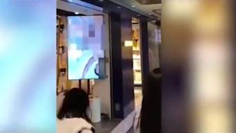 Videos zeigen, wie eine Mitarbeiterin den Bildschirm abdeckt.