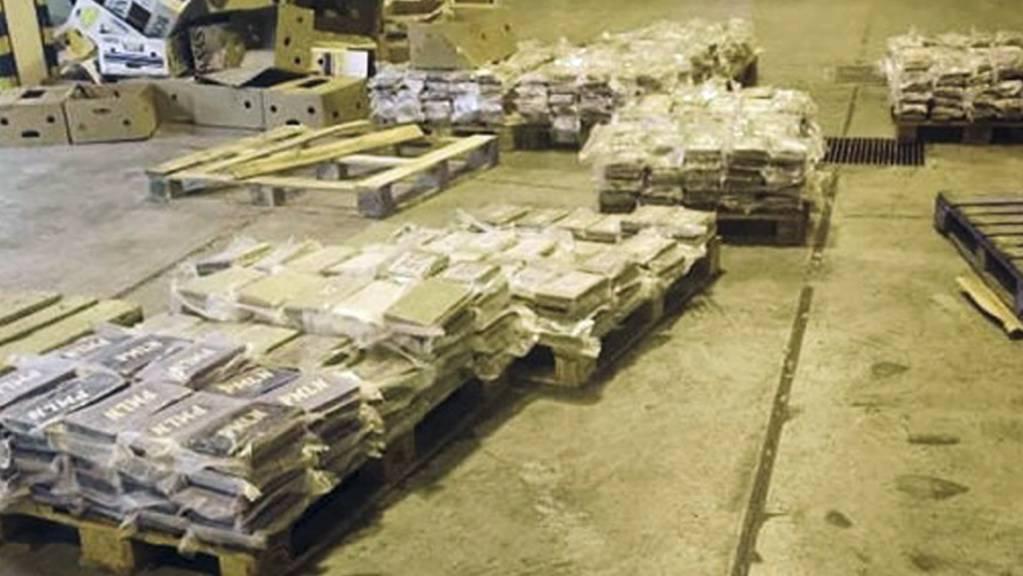 HANDOUT - Zoll-Ermittler auf Malta haben Hunderte Kilogramm reinsten Kokains in einem Container mit Bananen entdeckt. Foto: Uncredited/Customs Malta/AP/dpa - ACHTUNG: Nur zur redaktionellen Verwendung im Zusammenhang mit der aktuellen Berichterstattung und nur mit vollständiger Nennung des vorstehenden Credits