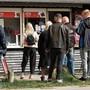Nach Lockerungen: grosser Andrang auf eine Eisdiele im dänischen Aarhus.