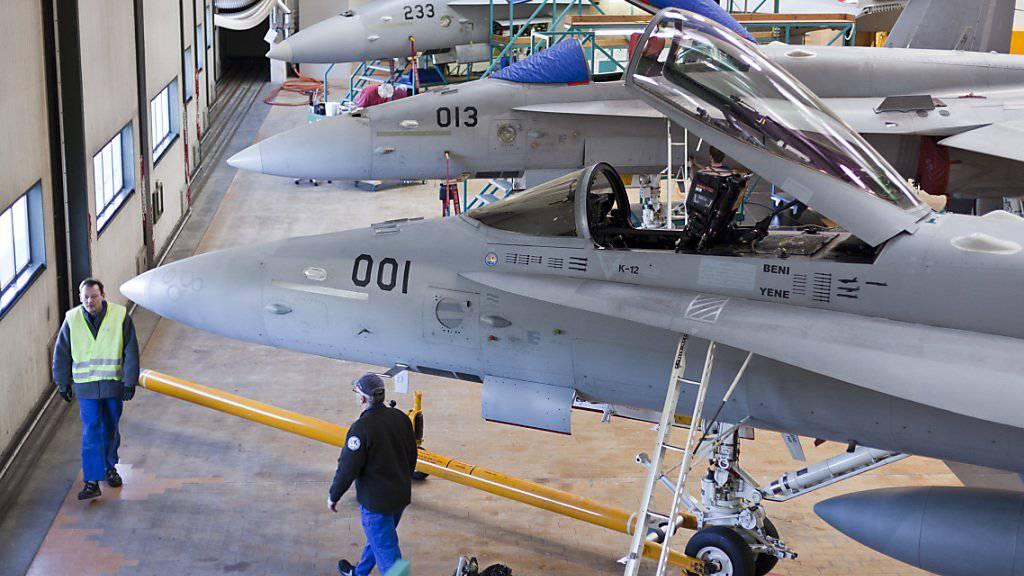 F/A-18-Kampfjets der Schweizer Armee während Wartungsarbeiten in einem Hangar des Rüstungskonzerns Ruag im luzernischen Emmen. (Archivbild)