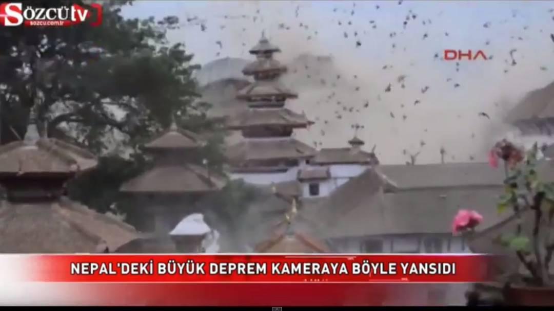 Ein Tourist filmt das Erdbeben an Kathmandu's kultigem Durbar-Platz und wie hunderte Vögel wegfliegen.