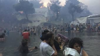In der Kleinstadt Nea Makri im Osten des griechischen Festlands flüchteten zahlreiche Menschen vor den Flammen ins Meer. (Archivbild)